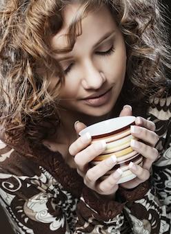 Hermosa mujer tomando café