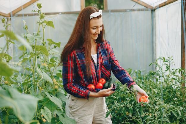 Hermosa mujer trabaja en un jardín