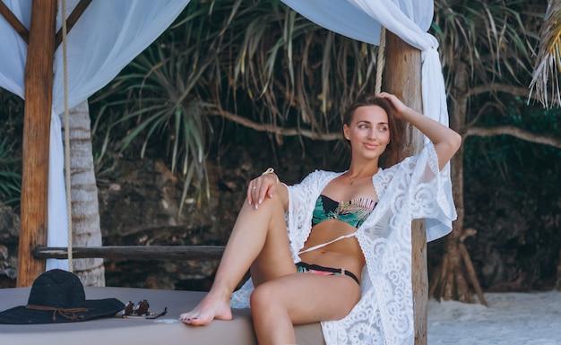 Hermosa mujer en traje de baño junto al océano