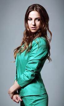 Hermosa mujer en traje brillante moderno