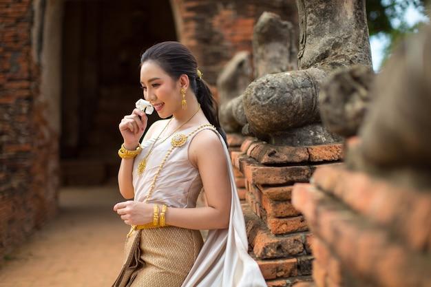 Hermosa mujer en traje tradicional tailandés antiguo, retrato en el antiguo templo de ayutthaya