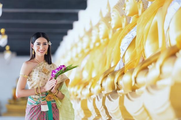 Hermosa mujer en traje tradicional