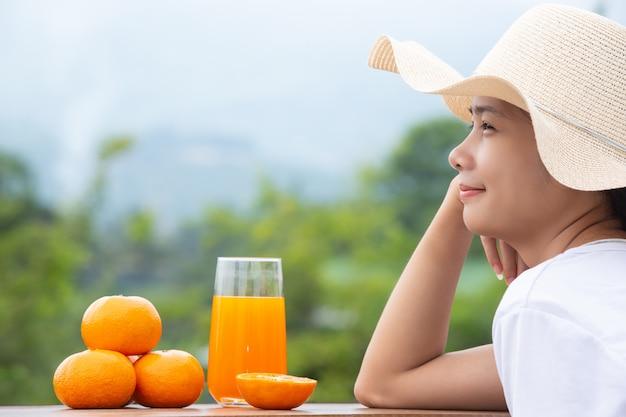 Hermosa mujer vestida con una camiseta blanca con naranjas