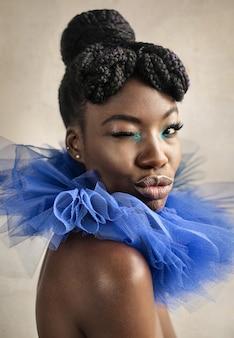 Hermosa mujer vestida con una colorida fiesta de maquillaje