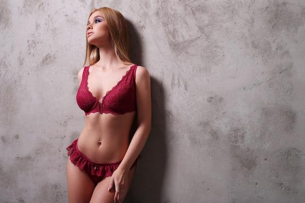 Hermosa mujer vestida con lencería sexy roja
