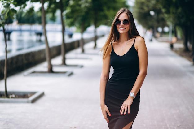 Hermosa mujer en vestido negro
