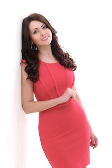 Hermosa mujer en vestido rojo