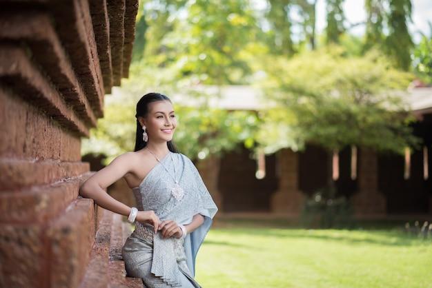 Hermosa mujer con vestido típico tailandés