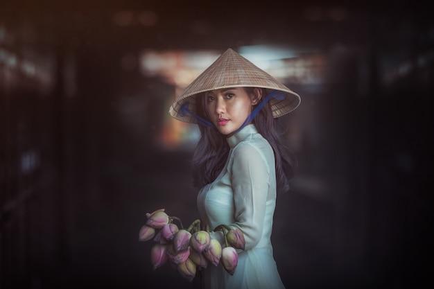 Hermosa mujer con el vestido tradicional de la cultura de vietnam, traje tradicional, estilo vintage, vietnam