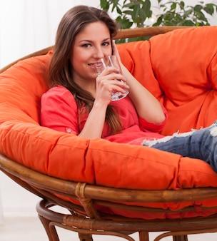 Hermosa mujer con vidrio en casa