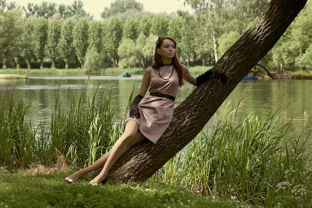 Hermosa mujer vintage en el parque de verano