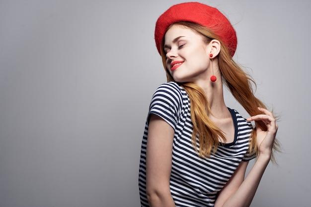 Hermosa mujer vistiendo un sombrero rojo maquillaje francia europa moda posando modelo studio