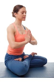 Hermosa mujer de yogini en forma deportiva medita en padmasana asana l