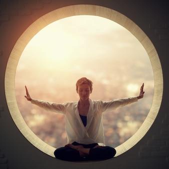 Hermosa mujer yogui en forma deportiva practica yoga asana padmasana. lotus plantean en una ventana redonda