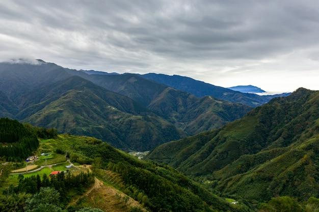 Hermosa naturaleza y grandes montañas.