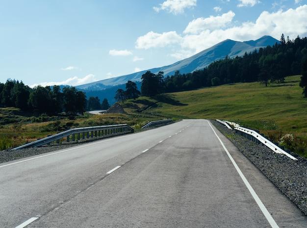 Hermosa naturaleza en las montañas en verano, rusia, arkhyz