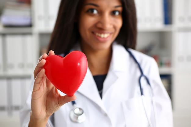 Hermosa negra sonriente doctora espera