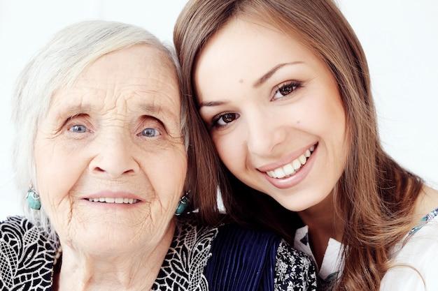 Hermosa niña adolescente y su abuela, retrato de familia