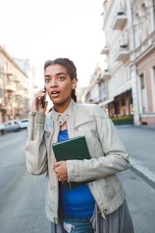 Hermosa niña africana hablando por el celular