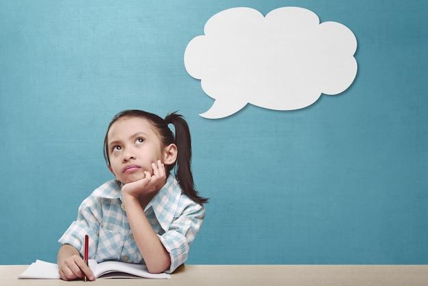 Hermosa niña asiática pensando en una nueva idea.