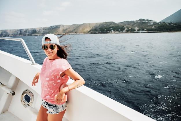 Hermosa niña en un barco en el mar