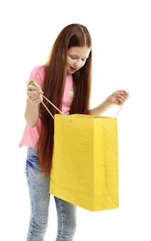 Hermosa niña con bolsa de compras, aislado en blanco