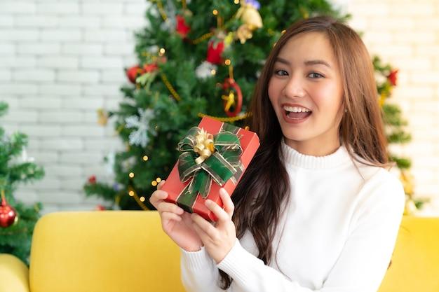 Hermosa niña caja de regalo de navidad