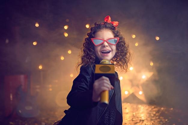 Hermosa niña cantando en estudio de grabación