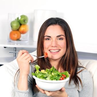 Hermosa niña comiendo alimentos saludables