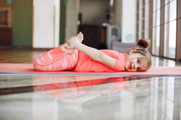 Una hermosa niña se dedica a un gimnasio