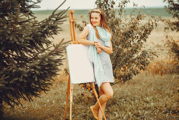 Hermosa niña dibujando en un campo