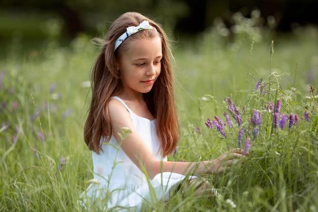 Hermosa niña feliz divirtiéndose en la naturaleza
