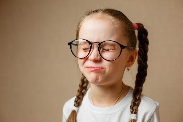 Hermosa niña con gafas