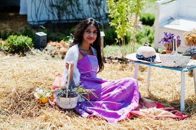 Hermosa niña india usa sari vestido tradicional de la india.