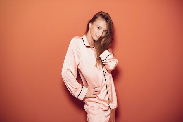 Hermosa niña en un lindo pijama