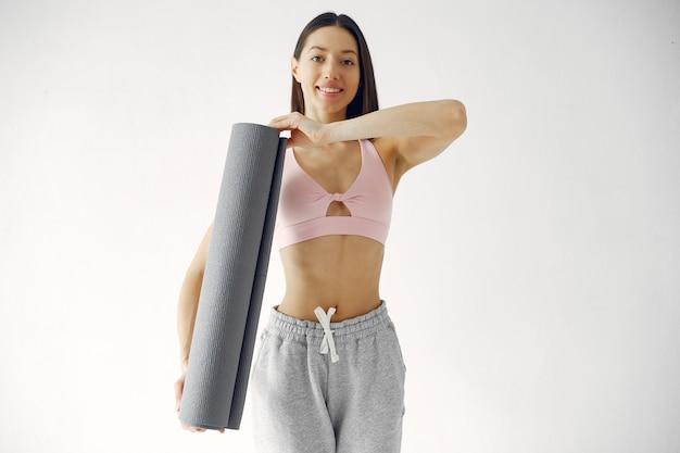 Una hermosa niña participa en un estudio de yoga