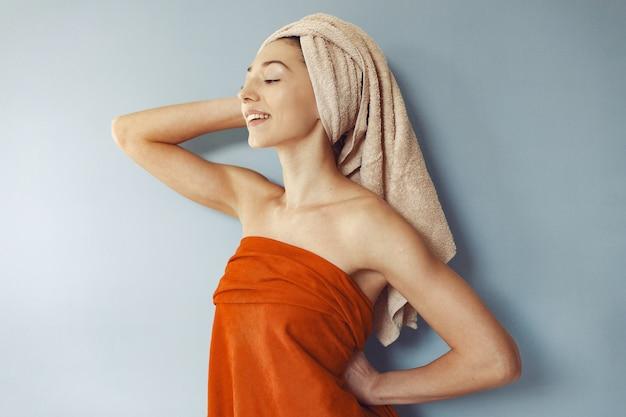 Hermosa niña de pie en una toalla