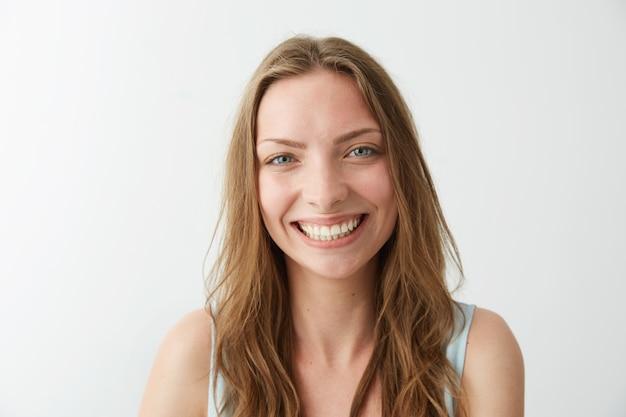 Hermosa niña sincera feliz sonriendo riendo.