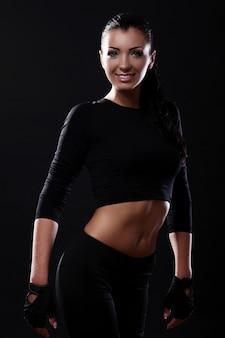 Hermosa niña sonriente de fitness