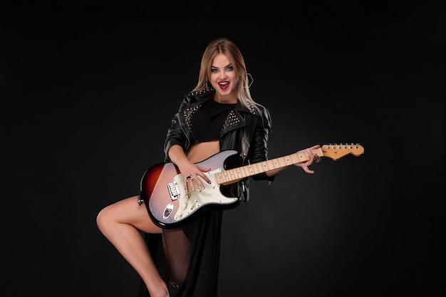 Hermosa niña tocando la guitarra
