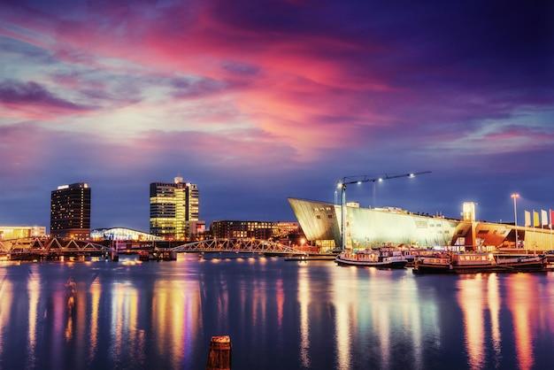 Hermosa noche en amsterdam. iluminación de edificios