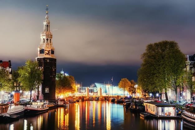 Hermosa noche en amsterdam. iluminación