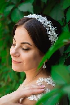 Hermosa novia al aire libre en un bosque.