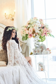 Hermosa novia con corona de flores en la cabeza