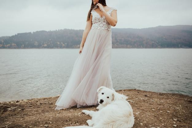 Hermosa novia en el día de la boda en la costa.