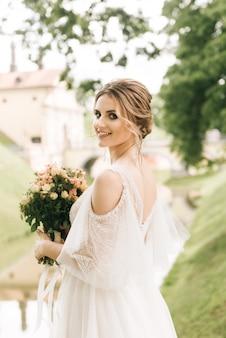 Hermosa novia elegante en un antiguo castillo, boda europea