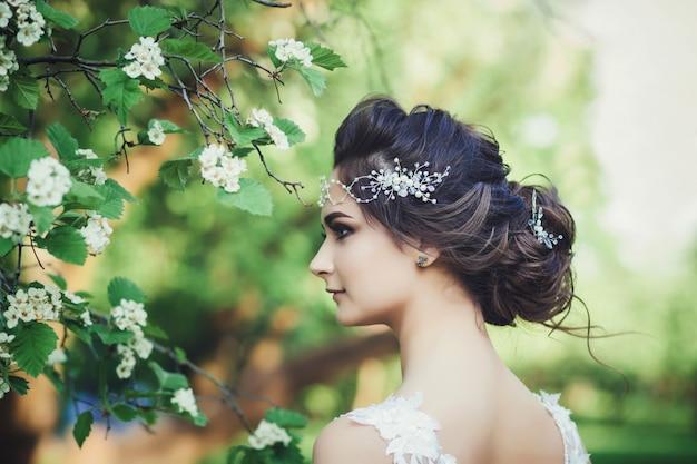 Hermosa novia con flores de boda