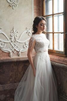 Hermosa novia en el interior de lujo barroco castel. retrato