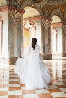 Hermosa novia en el interior de lujo barroco castel.