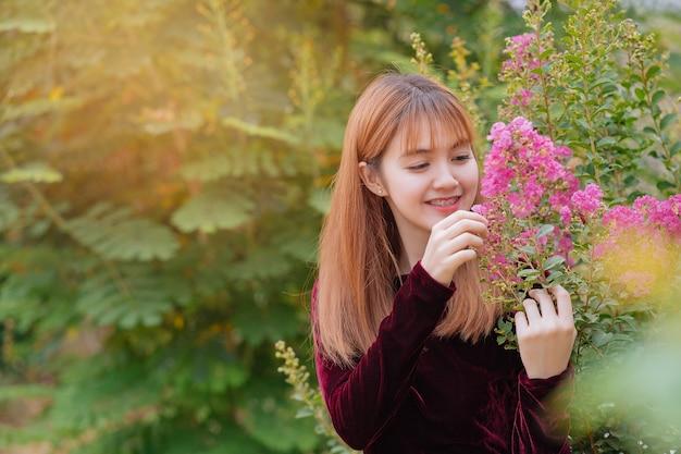 Hermosa novia joven asiática al aire libre en un bosque. chica bastante tailandesa en el jardín.